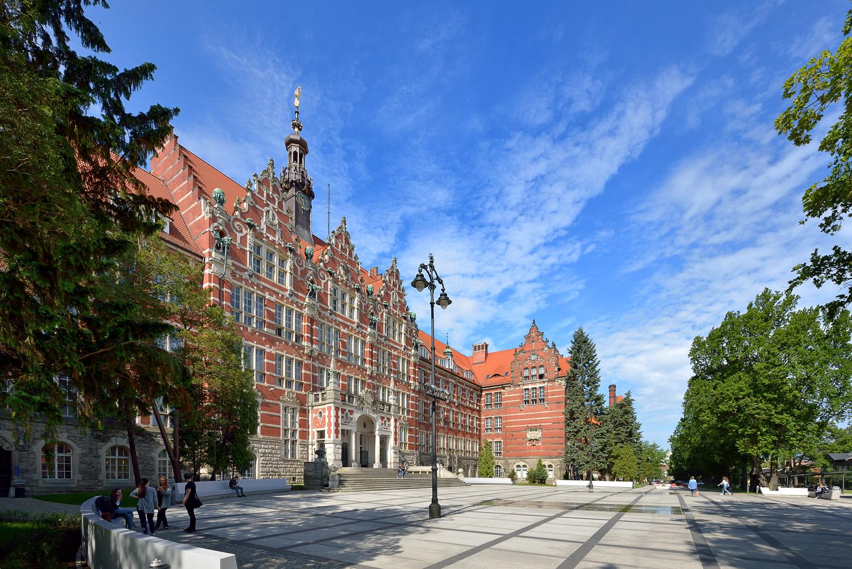 widok na gmach główny Politechniki Gdańskiej oraz plac przed wejściem głównym do budynku
