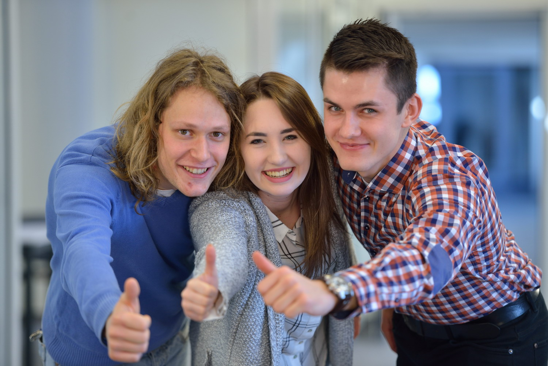 trójka zadowolonych studentów